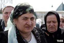 Мать президента Чечни Аймани Кадырова после церемонии инаугурации в Гудермесе, 2007-й год