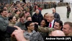 ترامپ در جریان دیداری از سربازان ارتش مستقر در آلمان؛ دسامبر ۲۰۱۸