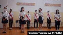 Выпускники одной из школ Бишкека на последнем звонке. 25 мая 2021 года.
