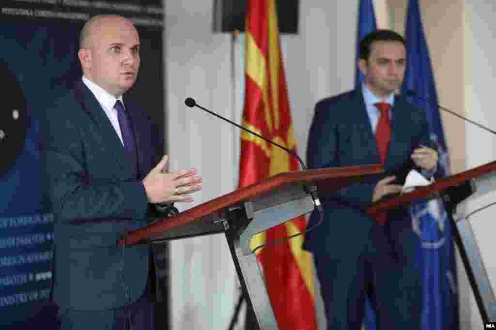 МАКЕДОНИЈА - Историјата треба да биде оставена на историчарите, а билатералните прашања да се решаваат во билатерален формат, изјави денеска известувачот во Европскиот парламент за Македонија, бугарскиот европратеник Илхан Ќучук, кој е во посета на Македонија.