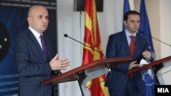 Известувачот во Европскиот парламент за Северна Македонија, Илхан Ќучук, и министерот за надворешни работи на Македонија, Бујар Османи, на заедничката прес-конференција по средбата во Скопје на 17 февруари 2021