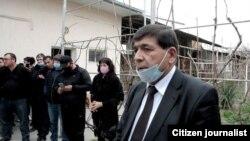 Главу партии «Хакикат ва Тараккиёт» Хидирназара Аллакулова толпа засыпала вопросами.