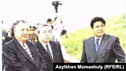 Спикер мажилиса Марат Оспанов (в центре), государственный секретарь Абиш Кекилбаев и премьер-министр Казахстана Нурлан Балгимбаев. Астана, 1999 год.