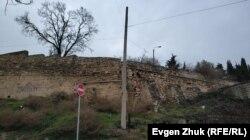 Старый больничный забор и подпорная стена на улице Шмидта