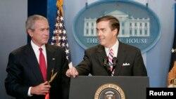 Steve Scully (djathtas) ka mbuluar zgjedhjet presidenciale në C-SPAN për gati 30 vjet dhe ka krijuar një reputacion për mbulim të balancuar. Në këtë fotografi të vitit 2007 është ai dhe ish-presidenti amerikan, George Bush.