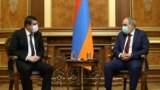 Премьер-министр Армении Никол Пашинян (справа) и лидер Нагорного Карабаха Араик Арутюнян, 8 апреля 2021 г.