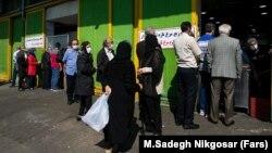صف خرید مرغ در یکی از محلات تهران در شانزدهم فروردین ۱۴۰۰