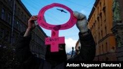 Feminista aktivista egy nőnapi demonstráción Szentpéterváron 2021. március 8-án.