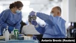 Здравствен работник подготвува доза на вакцината АстраЗенека 07.04.2021.
