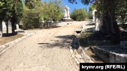Розібрані зливні системи дощової води на Братському кладовищі в Севастополі