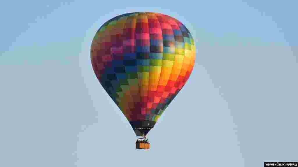 Воздушные шары обычно имеют объем от двух тысяч до восьми с половиной тысяч кубических метров и могут перевозить, кроме пилота, от одного до двенадцати пассажиров
