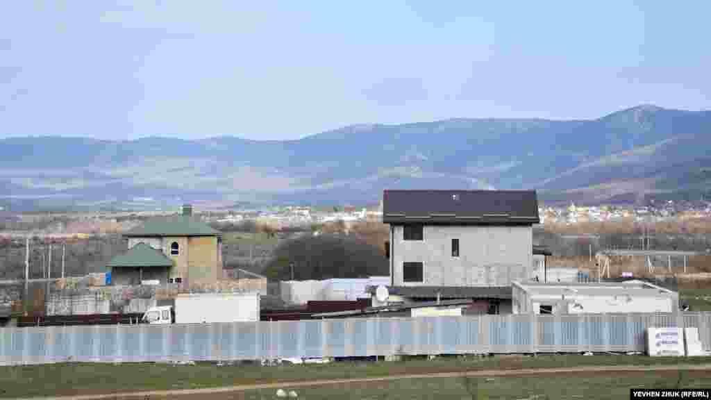 На околиці Тилового будуються нові будинки. Вдалині – село Орлине