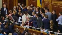 У Раді заблокували трибуну під час обговорення законопроектів щодо Донбасу (відео)
