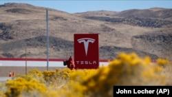 Невада штати Рино шаҳридаги Tesla заводи.