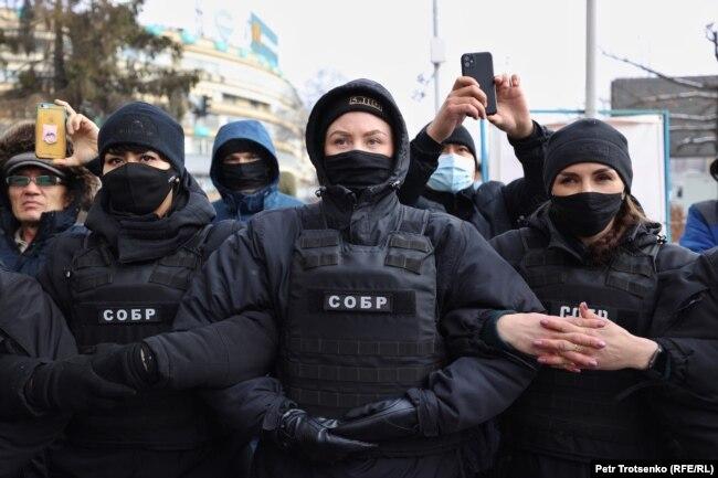 Полицейские, окружившие митингующих 16 декабря на площади Республики в Алматы.