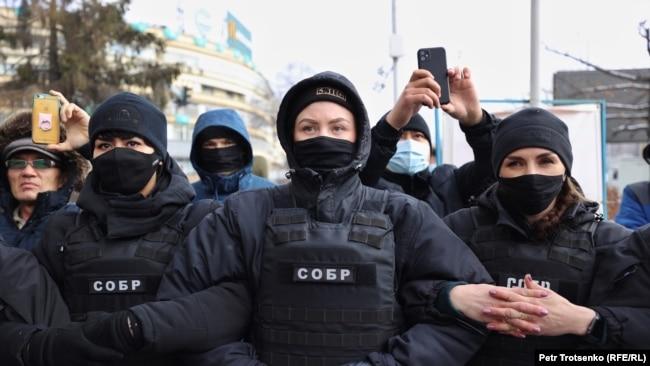 Женщины из СОБРа, окружившие активистов.