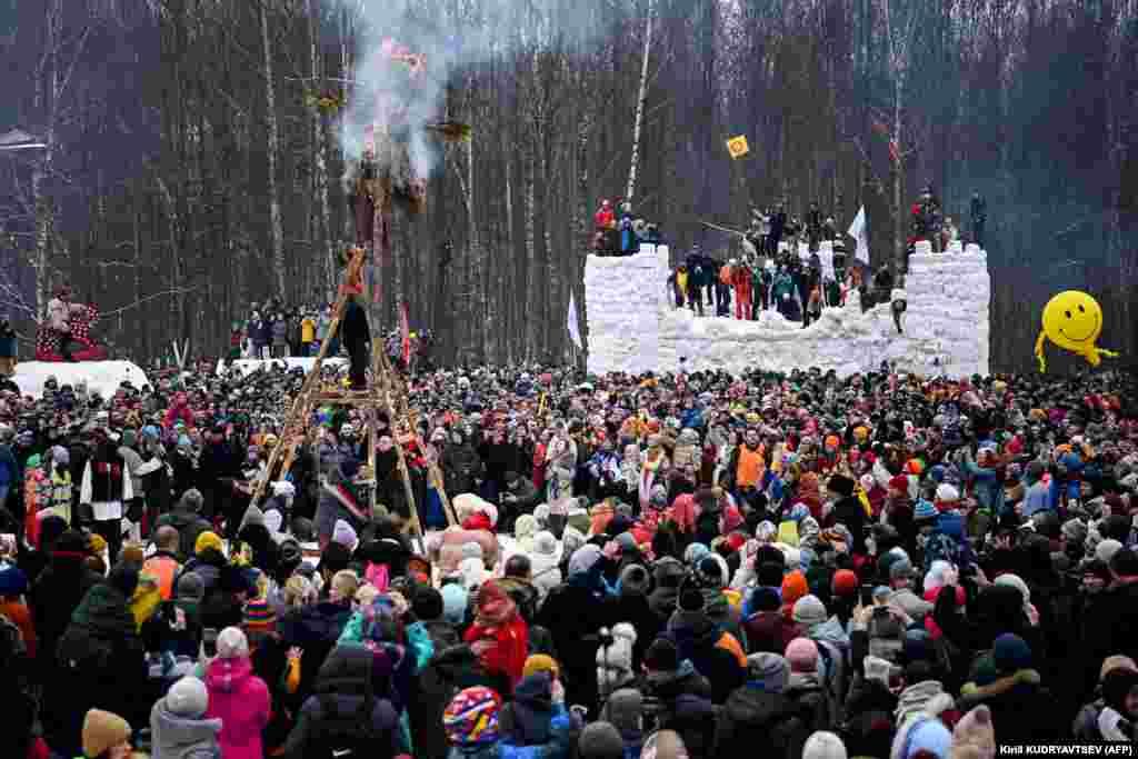 14 марта в подмосковной деревне Гжель во время церемонии проводов зимы сжигают чучело из соломы и ткани с изображением Матери Зимы
