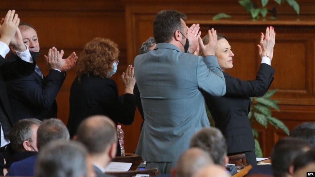 Народните представители аплодират приетите текстове в Изборния кодекс, с които гласуването в чужбина се облекчава