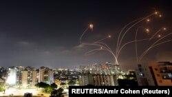 Az izraeli Vaskupola rakétavédelmi rendszer a Gázai övezetből Izraelre kilőtt rakétákat semlegesít, 2021. május 10-én.