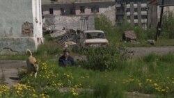 Як людзі жывуць на руінах савецкіх пасёлкаў каля Варкуты (Фільм)