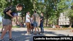 Акция #кормимголубей в поддержку хабаровчан в Пскове