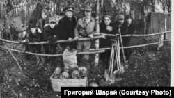 """Поисковый отряд """"Русичи"""" и его руководитель Григорий Шарай (в центре). 1980-е гг."""