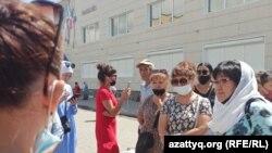 Работники торгового дома, выступающие против вакцинации. Уральск, 5 июля 2021 года