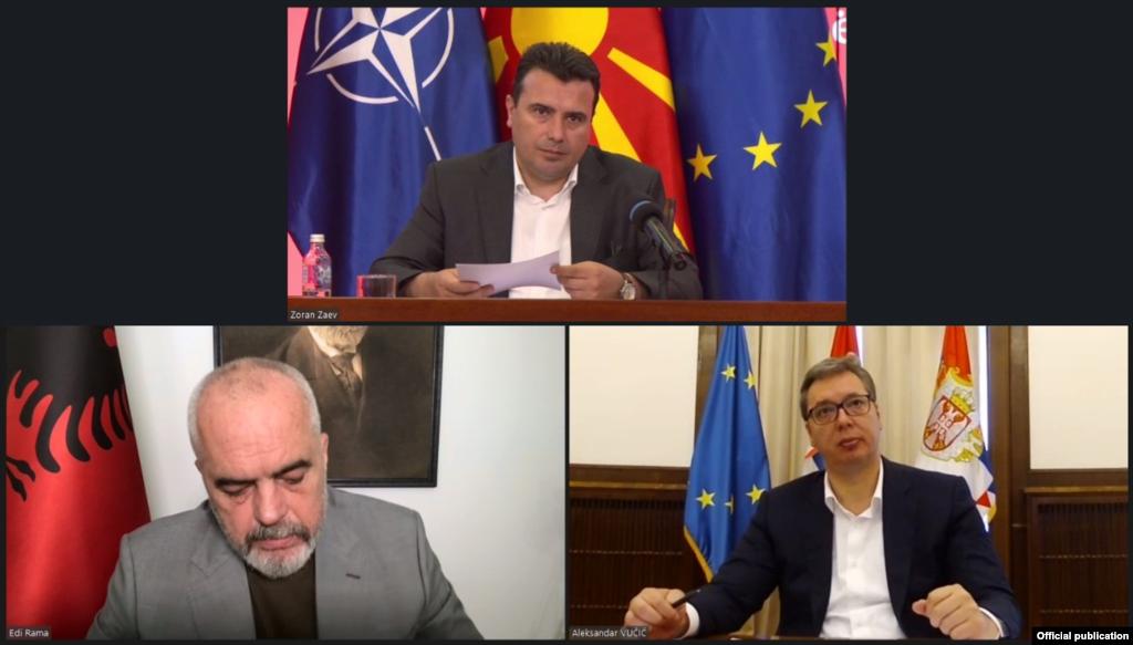 МАКЕДОНИЈА / АЛБАНИЈА / СРБИЈА - Постојаниот неуспех на ЕУ да ги исполни своите ветувања и нејзината неможност да се движи напред со отворање на првата меѓувладина конференција со Албанија и Северна Македонија, оди против европската волја на нашите земји и против интересите на самата ЕУ - се наведува во заедничката изјава по состанокот на претседателот на Србија Александар Вучиќ и премиерите на Македонија и на Албанија, на Зоран Заев и Еди Рама. Тие денеска одржаа онлајн работна средба на која разговарале за регионалната соработка.