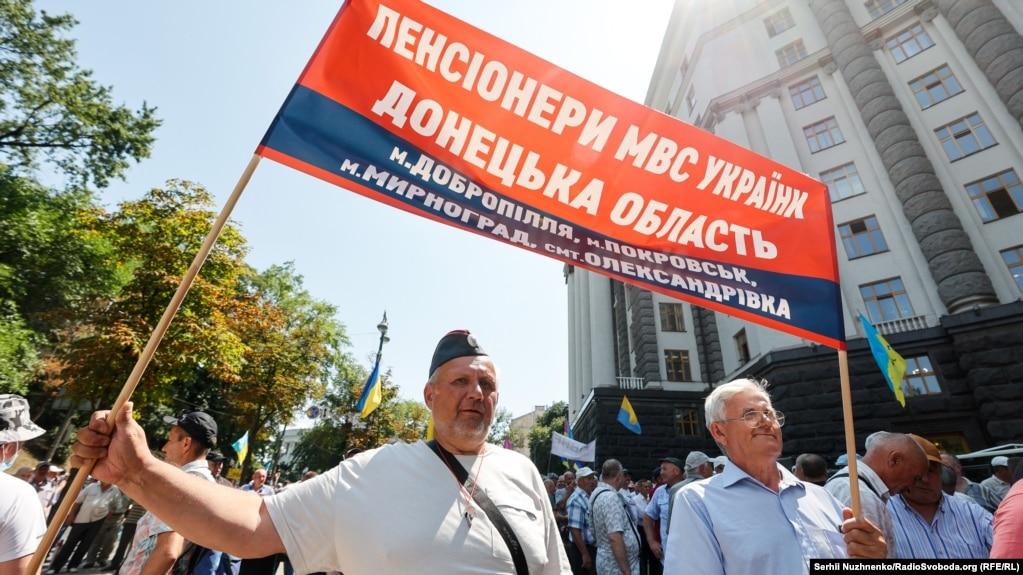 Згодом учасники акції протесту ходою вирушили до Кабінету міністрів
