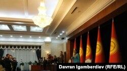 6-октябрга караган түндө Жогорку Кеңештин имараты талкалангандан бери парламент отурумдары «Ала-Арча» мамлекеттик резиденциясында өтүп келе жатат. 13-октябрдагы отурум. 2020-жыл.