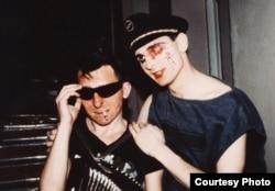 Grigorij (b) és Viktor Szologub a Sztrannije Igri (Furcsa játékok) nevű zenekarban játszó testvérpár 1984-ben, Leningrádban. Az irodalom által erősen befolyásolt Sztrannije Igri vad színpadi performanszai és a ska műfaj által inspirált zenéje miatt lett híres.