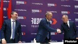 Armenia - Former President Robert Kocharian (C) and leaders of the Dashnaktsutyun and Resurgent Armenia parties sign a joint declaration on their electoral alliance, Yerevan, May 9, 2021.