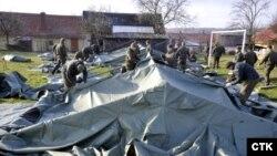 Илустрација, чешки војници поставуваат шатори во близина на експлодираниот магацин за муниција во Врбтенице во 2014 година