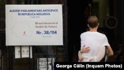 La o secție de votare din București, în alegerile parlamentare anticipate din 11 iulie din Republica Moldova