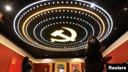 عکسی از سقف نمایشگاهی بهمناسبت صدمین سالگرد تأسیس حزب کمونیست چین، ۲۲ آوریل ۲۰۲۱