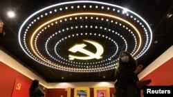 A Kínai Kommunista Párt logója egy kiállítóterem mennyezetén Pekingben 2021. április 22-én