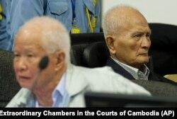 خیو سامفان (چپ) و نون چهآ در دادگاه فوقالعاده کامبوج در اکتبر ۲۰۱۳
