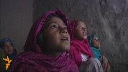 Shkollat afgane pa banka, lapsa dhe mure