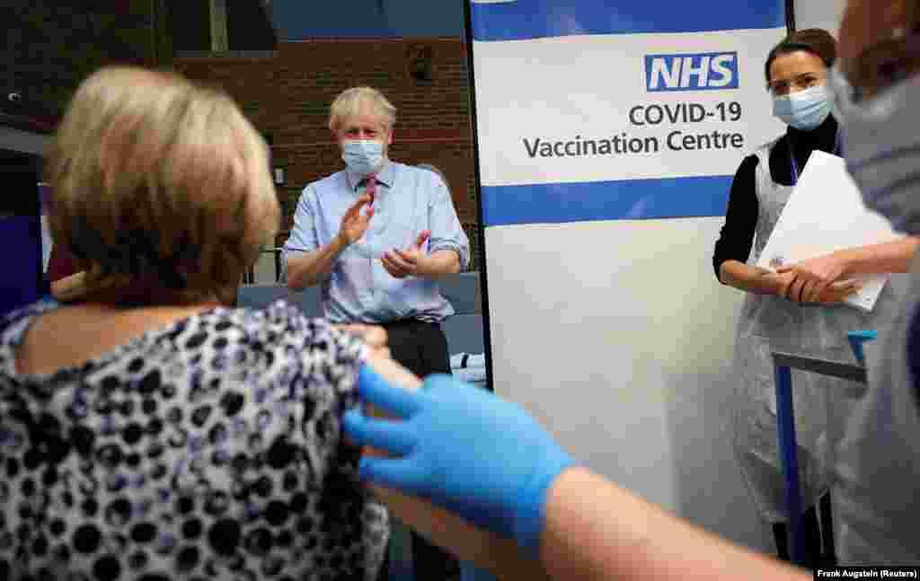 Прем'єр-міністр Великої Британії Борис Джонсон аплодує після того, як медсестра Ребекка Катерсайдс ввела вакцину Pfizer/BioNTech COVID-19 Лін Уїллер у лікарні Гая в Лондоні, Велика Британія, 8 грудня 2020 року