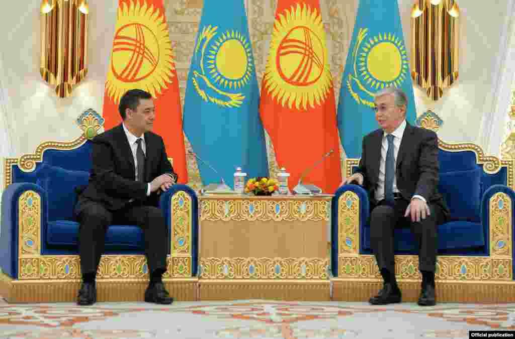 Президент Жапаров Казакстандын президенти Касым-Жомарт Токаев менен жолукту.