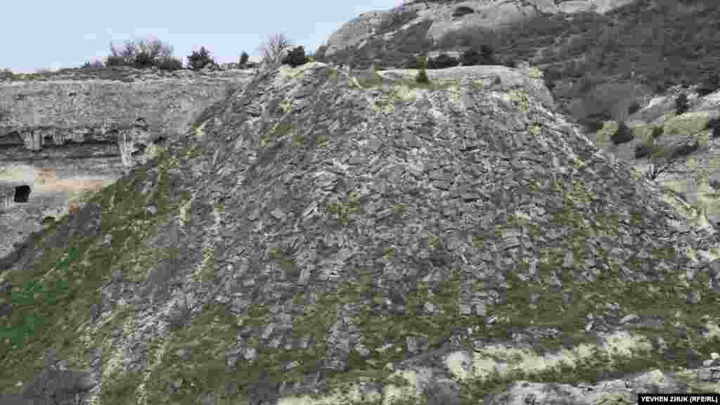Кар'єрний відвал з бракованих каменів і блоків досягає десятків метрів у висоту