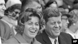 Джин Кеннеді Сміт і Джон Кеннеді на стадіоні у Вашингтоні, 10 квітня 1961 року