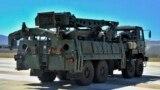 Un camion cu componente ale sistemul de apărare anti-aeriană S-400 după ce a coborît dintr-un avion de transport rusesc la aerportul militar Murted de lîngă Ankara, imagine de arhivă