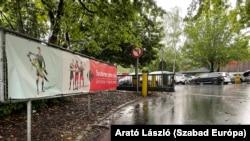 Az élelmiszerbolt bejáratánál is a Vörös Ördögök posztolnak - gyerekekkel.