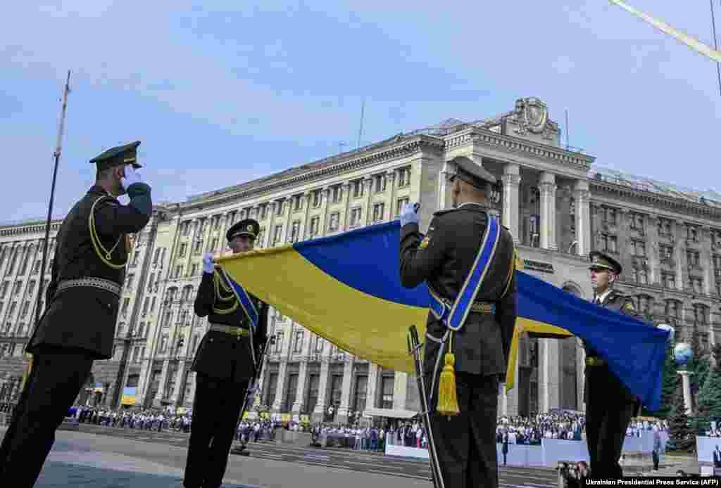 Украінскія вайскоўцы з нацыянальным сьцягам