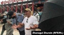 Полиция ақтөбелік белсенді Ахмет Сәрсенғалиевті ұстап жатыр. Ақтөбе, 6 шілде 2021 жыл.