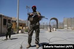 Бойцы афганской правительственной армии охраняют практически уже покинутую войсками США базу Баграм. Начало июля 2021 года