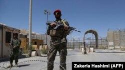 Stražar Avganitanske nacionalne armije u bazi Bagram, posle odlaska američkih snaga, 2. jul 2021.