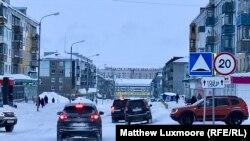 """Slogan """"Slava osvajačima Arktika"""" nad ulicom u centru Vorkute"""