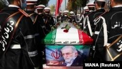 Mohszen Fahrizadeh meggyilkolt iráni atomfizikus temetése Teheránban, 2020. november 30-án.